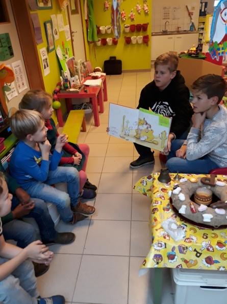 Integratieactiviteit  6C leest voor bij de kleuters van juf Inge in de WT