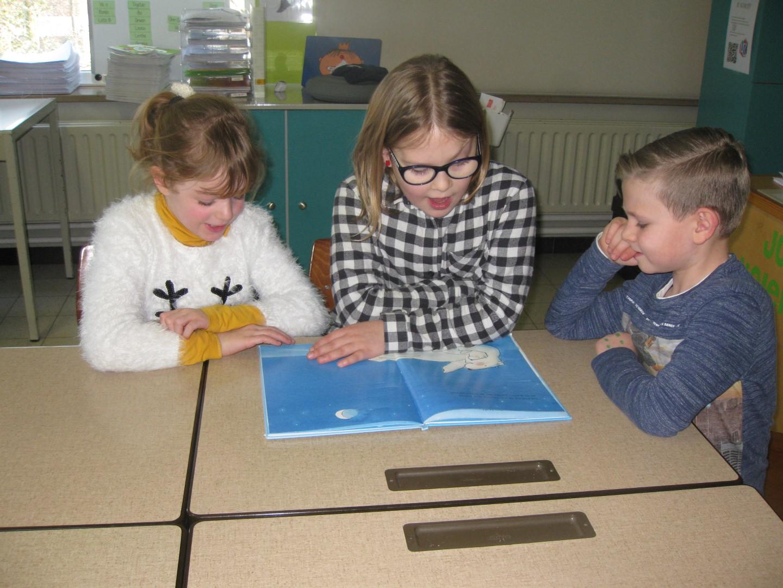 Vierdeklassers lezen voor in het eerste leerjaar!