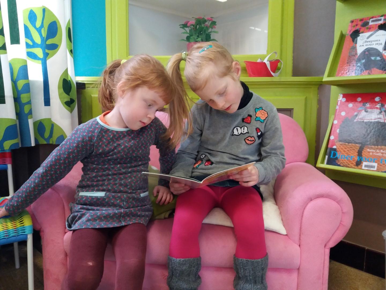 Integratie: 1ste leerjaar leest voor aan de kleuters van juf Veerle en juf Romy
