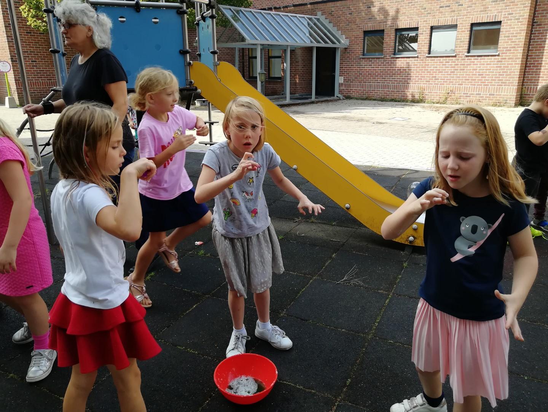 Zeepbellen blazen in het tweede leerjaar.