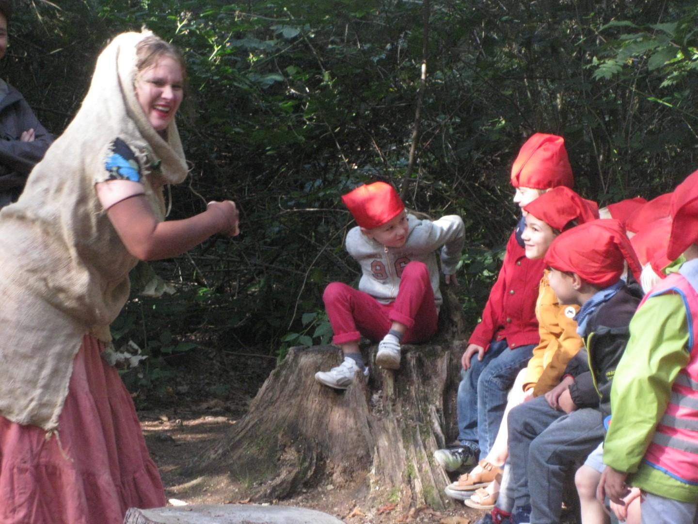 De eersteklassers op bezoek in het sprookjesbos
