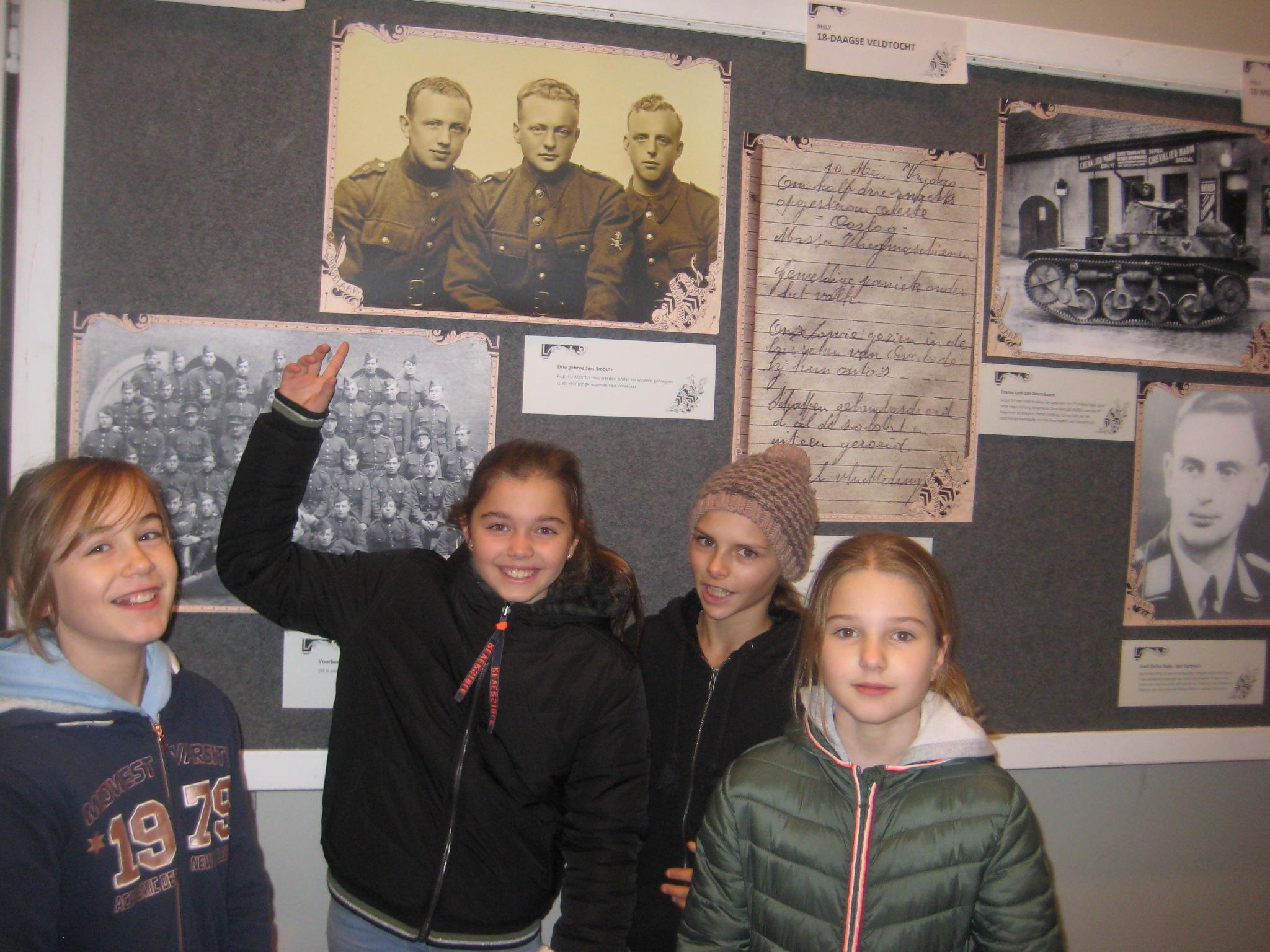 6A bezoekt de tentoonstelling op het gemeentehuis '75 jaar na de bevrijding in 75 beelden'